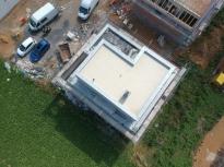 Blick auf die Dachterrasse. Unser fertig verputztes Haus aus der Luft fotografiert (DJI Kameradrohne)