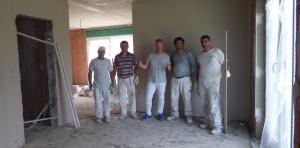 Das Verputzer-Team der Fa. TNC und ich vor den ersten verputzen Wänden