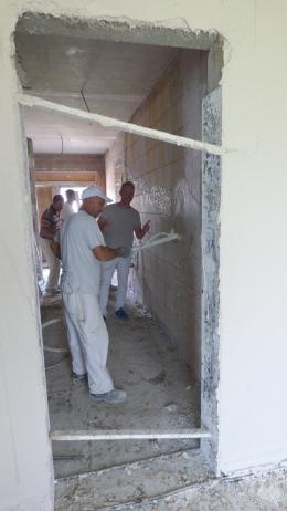 Die Wände vom EIngangsbereich werden verputzt.