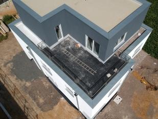 Blick mit der Kameradrohne auf die Dachterrasse